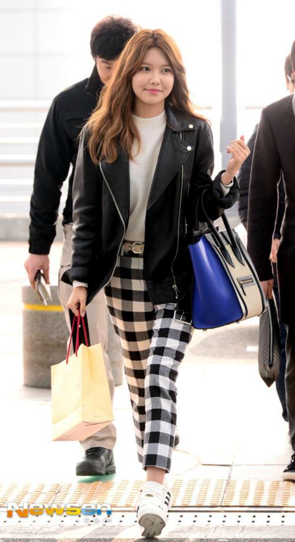Sao Han sanh dieu voi ao khoac da hinh anh 3 Cô nàng Soo Young của SNSD chọn cho mình một chiếc áo khoác da dáng dài, phối kèm với quần dài họa tiết ca rô và đôi giày thể thao với chiếc túi xách màu xanh là điểm nhấn cho cá bộ đồ để có phong cách thời trang sân bay thoải mái.