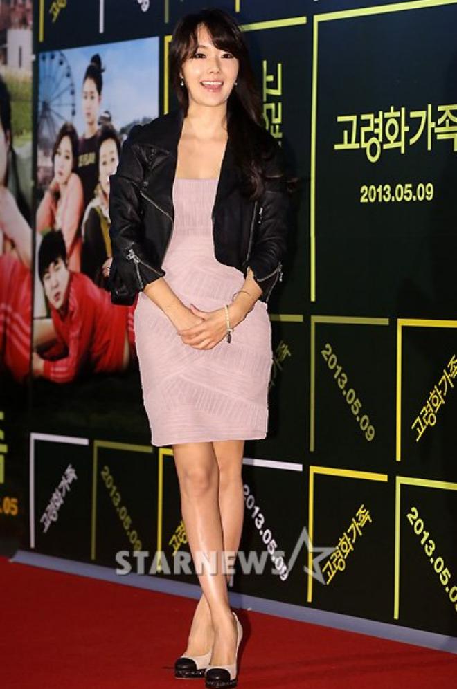 Sao Han sanh dieu voi ao khoac da hinh anh 4 Lee Jung Hyun dịu dàng với chiếc váy màu nhạt nhưng vẫn rất cá tính khi kết hợp cùng áo khoác da màu đen.