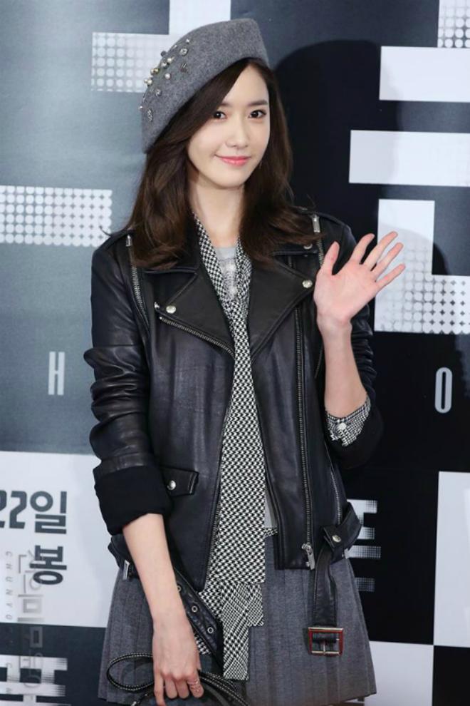 Sao Han sanh dieu voi ao khoac da hinh anh 5 Yoona chọn trang phục cá tính với áo khoác da, chân váy và mũ nồi đính phụ kiện - item đang gây sốt với các sao xứ Hàn.