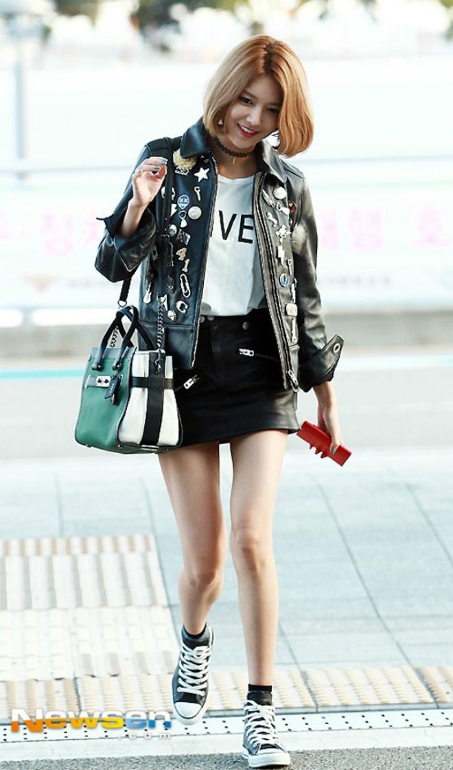 Sao Han sanh dieu voi ao khoac da hinh anh 7 Cô nàng Sooyoung còn thể hiện gu thời trang đẳng cấp của mình với việc đính thêm nhiều phụ kiện làm nổi bật phong cách và sự ấn tượng của thiết kế jacket đang mặc.