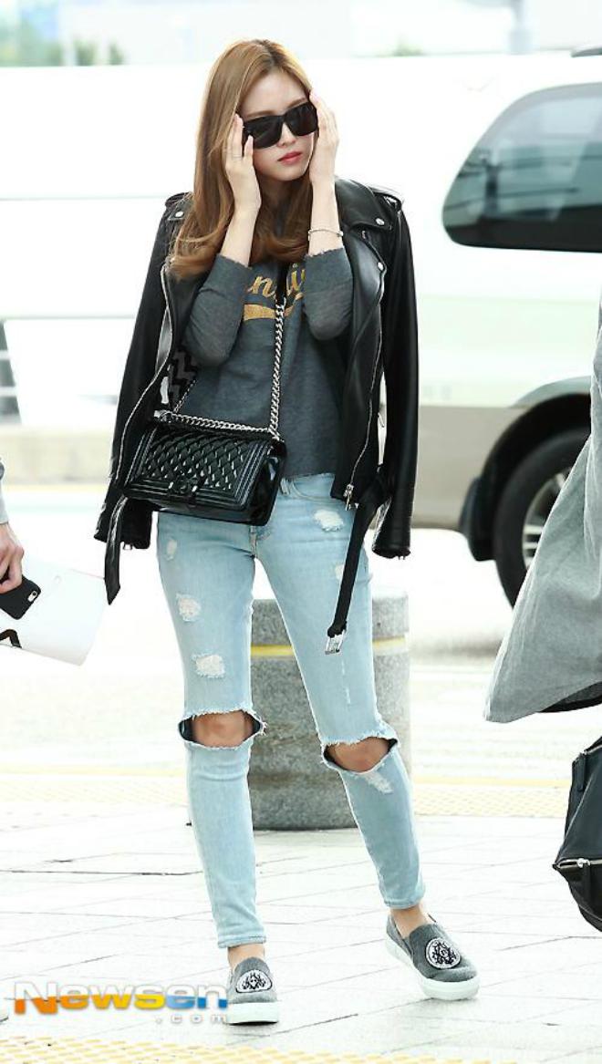 Sao Han sanh dieu voi ao khoac da hinh anh 8 Na Eun thay đổi phong cách trở nên hầm hố hơn với quần jean rách, áo jacket da khoác hờ.