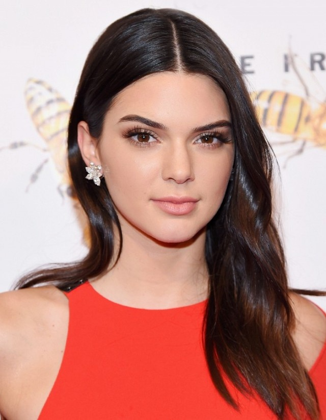 8 cach lam moi cho toc ngoi giua cua Kendall Jenner hinh anh 4
