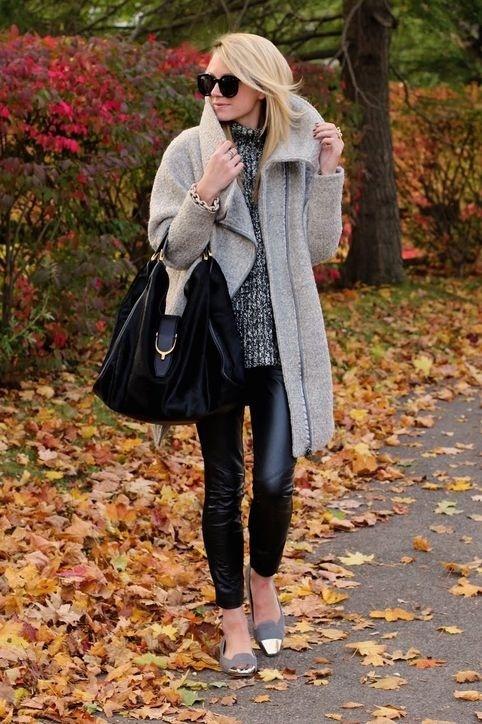 Nen va khong nen khi mac legging hinh anh 1 Nên: Chọn quần có chất liệu da hoặc da lộn trong mùa thu đông. Kiểu quần có khả năng co giãn tốt và thể hiện được phong cách trẻ trung, năng động của người phụ nữ hiện đại. Đặc biệt, quần da có bề mặt bóng thích hợp với những bạn gái có cặp đùi thon gọn.