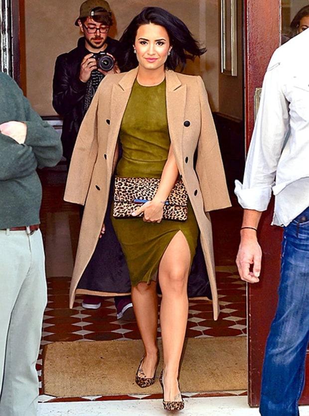 3 kieu ao khoac dang dai duoc sao ngoai yeu thich hinh anh 1 1. Áo khoác camel: Demi Lovato diện váy da lộn ôm sát có chi tiết xẻ tà, phối cùng trench coat màu camel. Set đồ này giúp Demi tôn dáng hiệu quả.