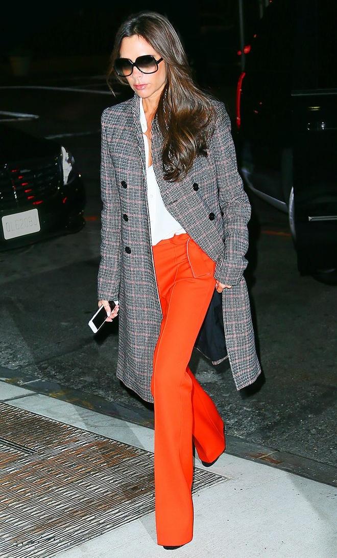 3 kieu ao khoac dang dai duoc sao ngoai yeu thich hinh anh 7 3. Áo khoác kẻ: Victoria Beckham diện áo khoác kẻ caro theo phong cách menswear, nhưng lại vô cùng quyến rũ khi kết hợp với áo sơ mi trắng và quần suông màu cam.