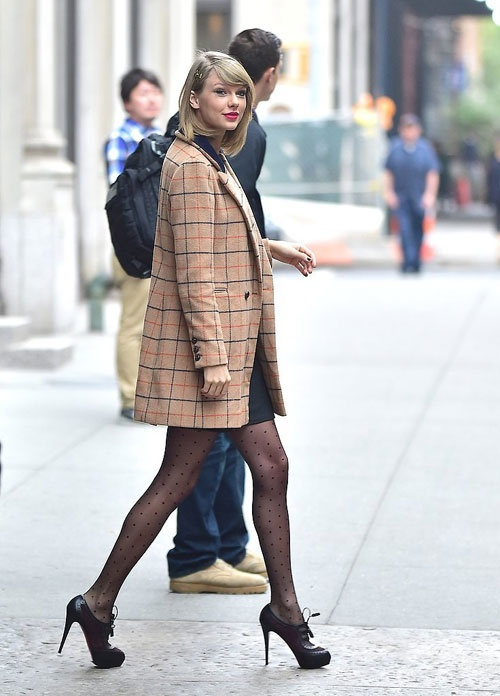 3 kieu ao khoac dang dai duoc sao ngoai yeu thich hinh anh 8 Áo khoác kẻ ô to dáng blazer thanh lịch được Taylor Swift mix cùng váy suông và giày cao gót tối màu.