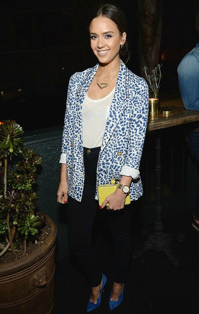 Hoa tiet da bao - phong cach yeu thich cua Jessica Alba hinh anh 1 Jessica nổi bật với blazer họa tiết da báo màu xanh-trắng mix cùng phụ kiện nổi bật như đôi giày màu xanh, đồng hồ và clutch màu vàng.