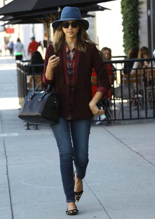 Hoa tiet da bao - phong cach yeu thich cua Jessica Alba hinh anh 8 Đôi giày họa tiết được coi là điểm nhấn cho set đồ năng động của Jessica với áo sơ mi kẻ, quần jeans ôm sát và áo blazer màu mận chín.