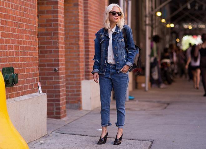 7 cach ket hop quan jeans voi giay cao got hinh anh 1 1. Denim on denim vẫn có thể mang giày cao gót. Sự kết hợp đơn giản của áo khoác với quần jeans trên mắt cá chân hoàn hảo với đôi giày đế thô, mũi cách điệu đẹp mắt hơn là các kiểu giày pump truyền thống.