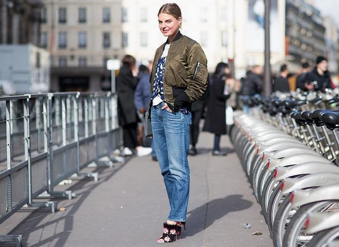 7 cach ket hop quan jeans voi giay cao got hinh anh 4  4. Quần jeans cạp cao, ống rộng kết hợp với một đôi giày stiletto giúp dáng bạn thanh thoát hơn. Kết hợp với áo khoác lưng cao để ăn gian chiều cao và cân đối bộ đồ.