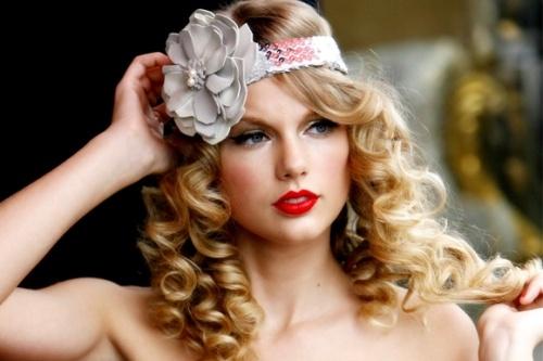 3 phong cach trang diem dac trung cua Taylor Swift hinh anh