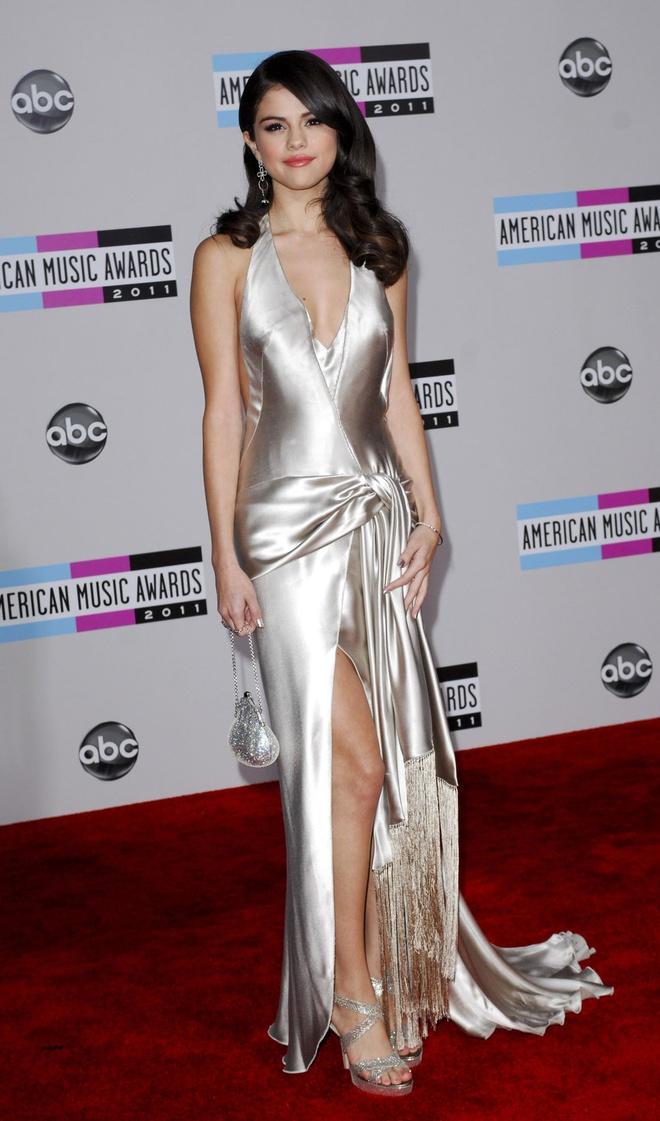 BST vay ao khoet sau kho dung hang cua Selena Gomez hinh anh 10