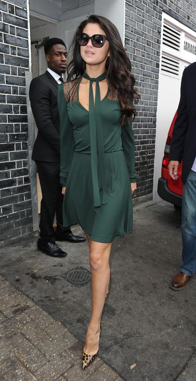 BST vay ao khoet sau kho dung hang cua Selena Gomez hinh anh 14