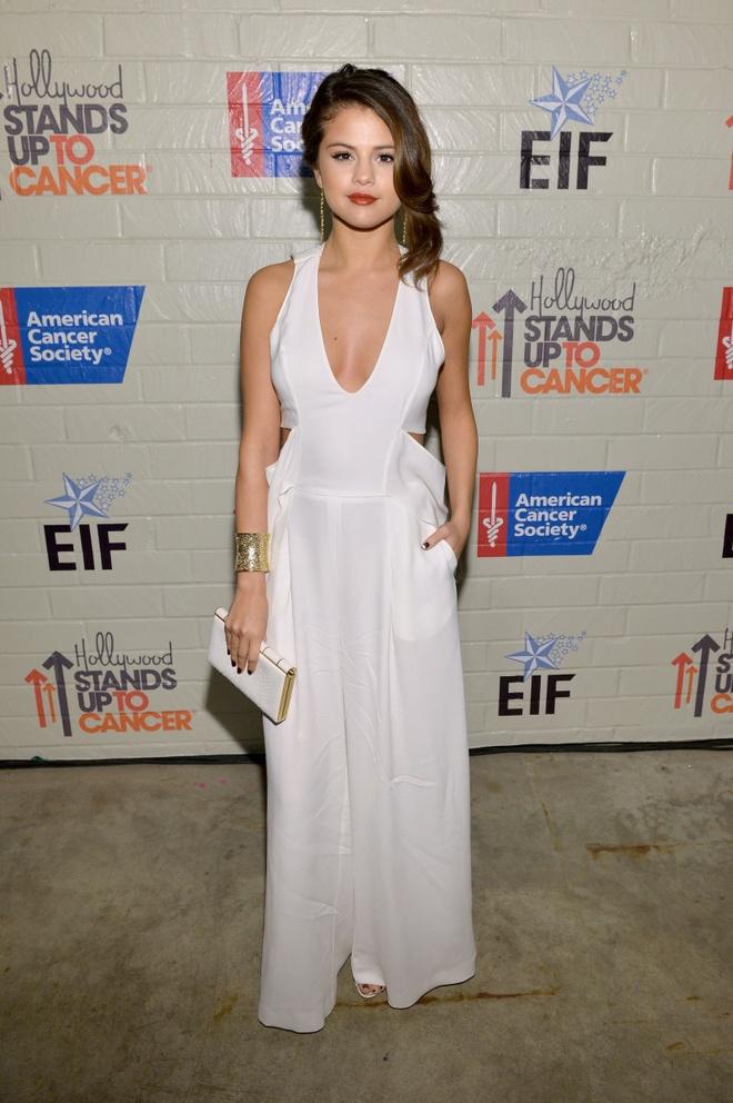 BST vay ao khoet sau kho dung hang cua Selena Gomez hinh anh 17