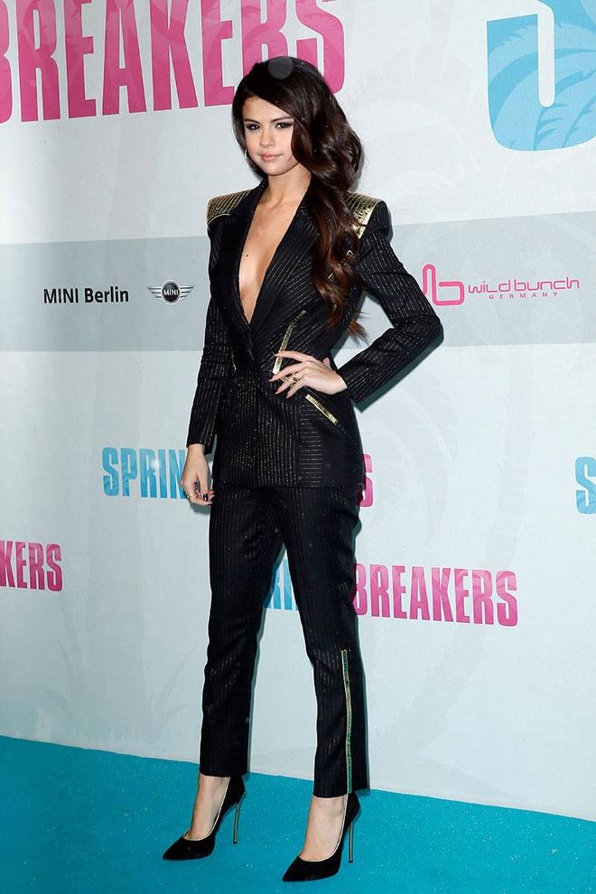 BST vay ao khoet sau kho dung hang cua Selena Gomez hinh anh 19