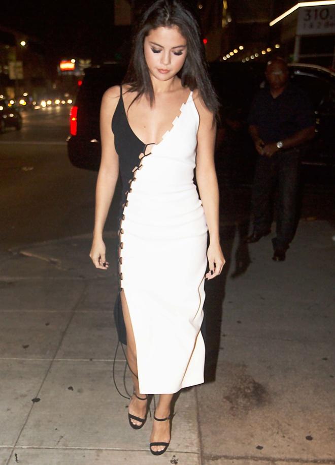 BST vay ao khoet sau kho dung hang cua Selena Gomez hinh anh 3