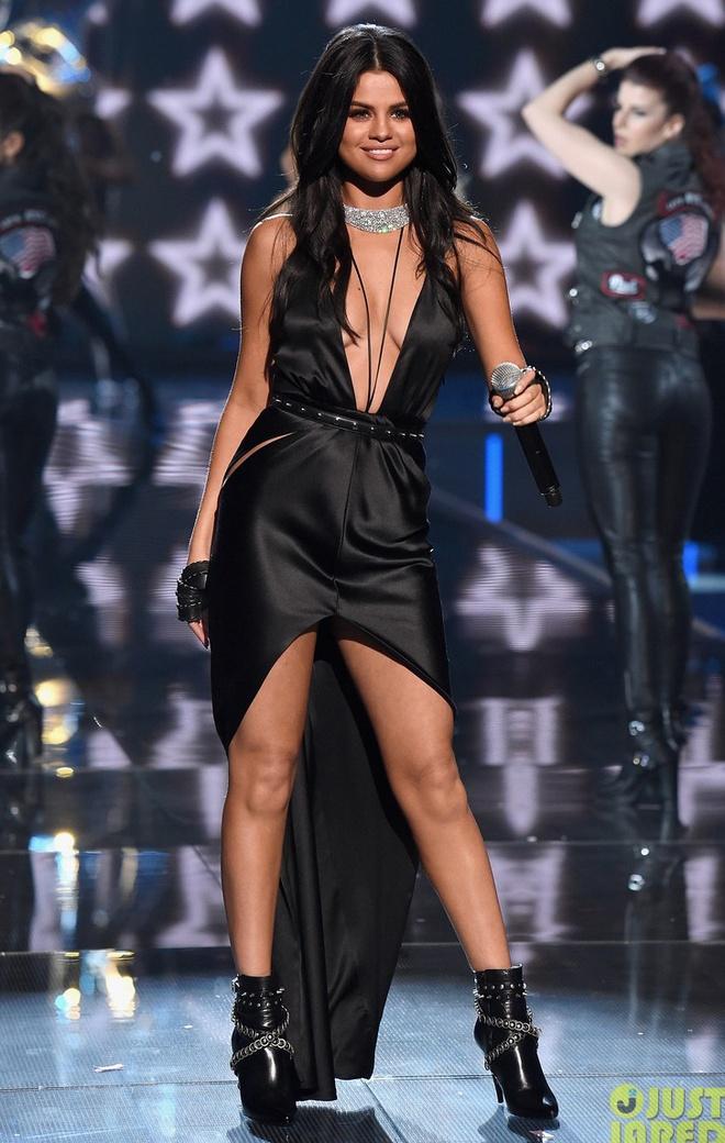 Selena Gomez giau can nang voi vay ao xe sau hinh anh 3