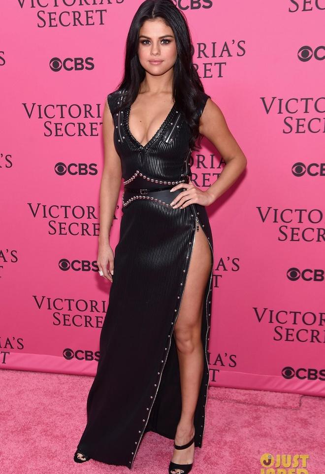 Selena Gomez giau can nang voi vay ao xe sau hinh anh 6