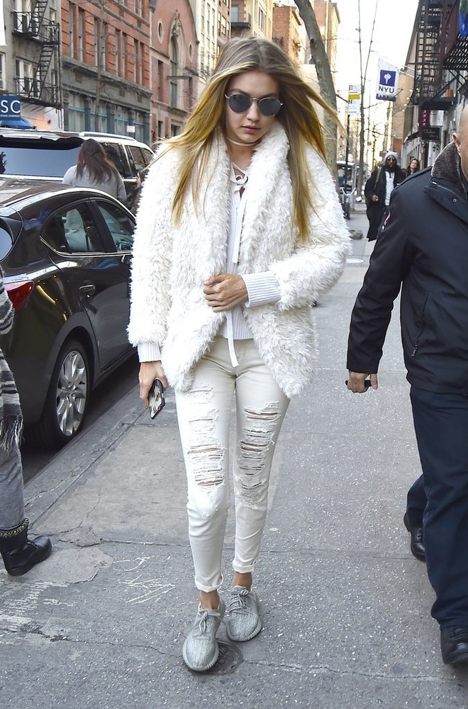 Gigi Hadid goi y cach mix do voi sneakers hinh anh 1