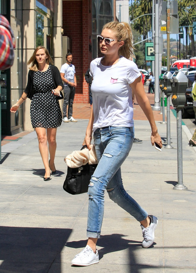 Gigi Hadid goi y cach mix do voi sneakers hinh anh 14