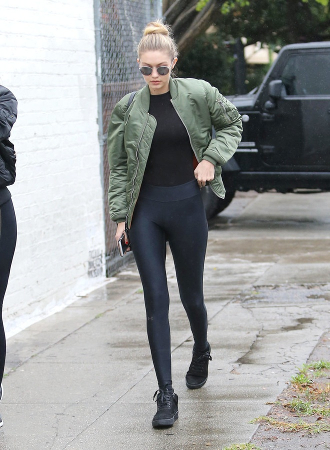 Gigi Hadid goi y cach mix do voi sneakers hinh anh 16