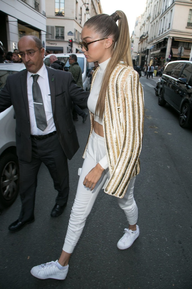 Gigi Hadid goi y cach mix do voi sneakers hinh anh 6