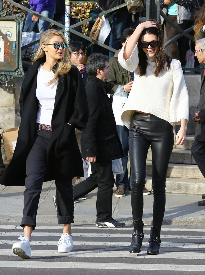 Gigi Hadid goi y cach mix do voi sneakers hinh anh 7