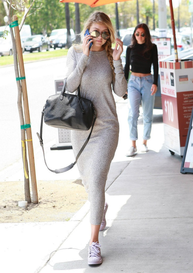 Gigi Hadid goi y cach mix do voi sneakers hinh anh 9