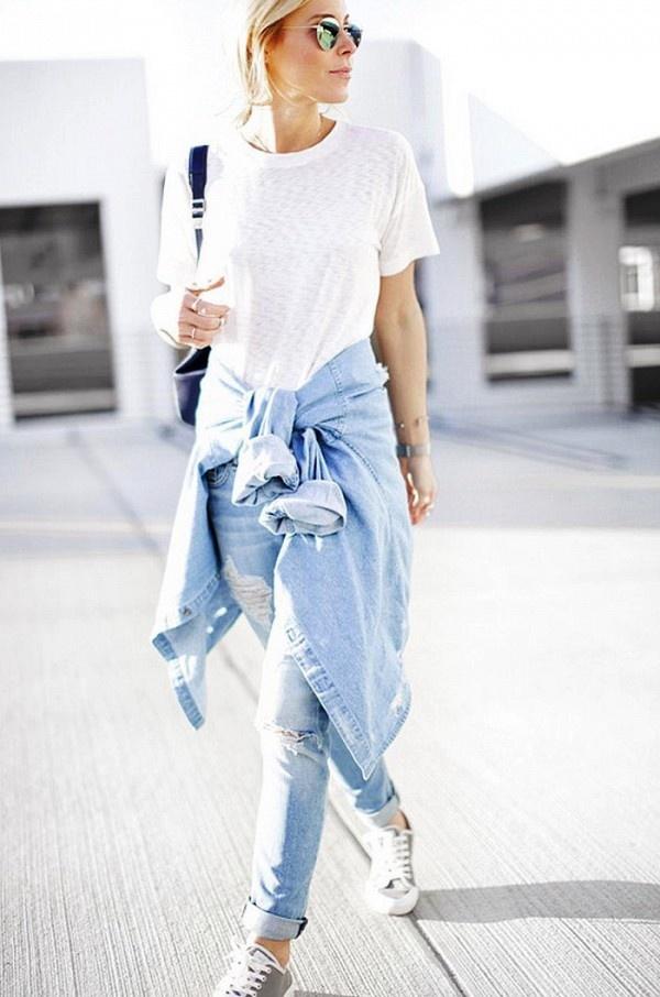 Jeans va sneakers, xu huong an gian tuoi duoc sao lang xe hinh anh 1