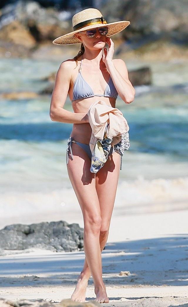 Sao lo 'man hinh phang' khi dien bikini don he hinh anh 13
