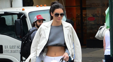 Muon kieu dien crop top khoe eo thon cua Kendall Jenner hinh anh
