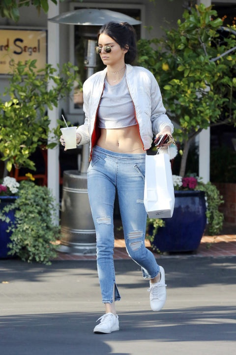 Muon kieu dien crop top khoe eo thon cua Kendall Jenner hinh anh 1