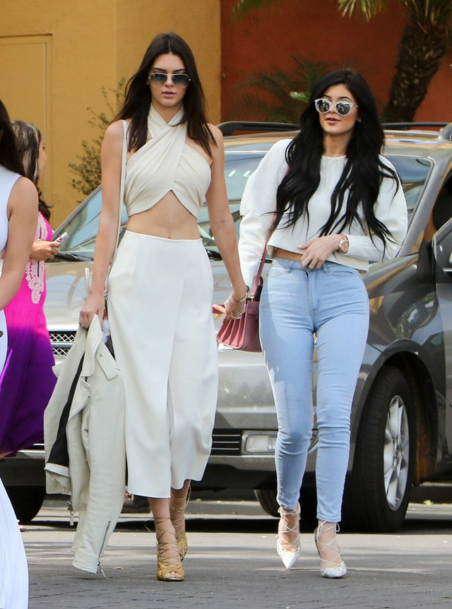 Muon kieu dien crop top khoe eo thon cua Kendall Jenner hinh anh 10