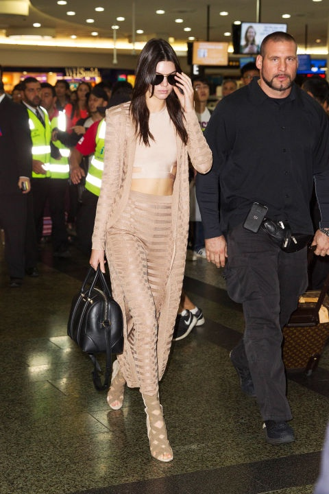 Muon kieu dien crop top khoe eo thon cua Kendall Jenner hinh anh 15