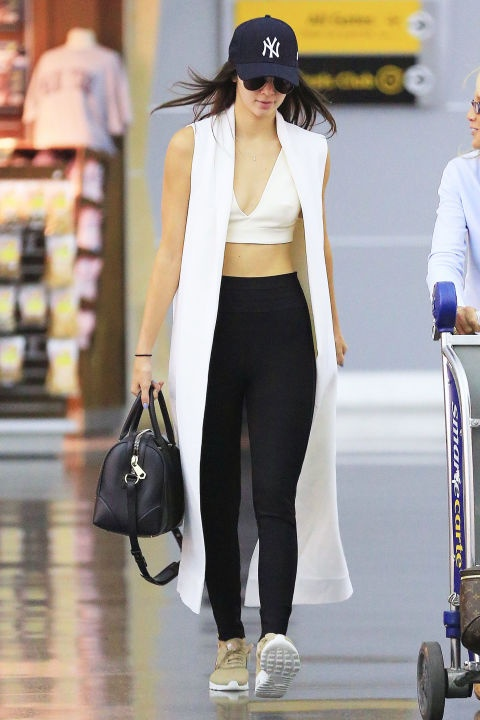 Muon kieu dien crop top khoe eo thon cua Kendall Jenner hinh anh 16