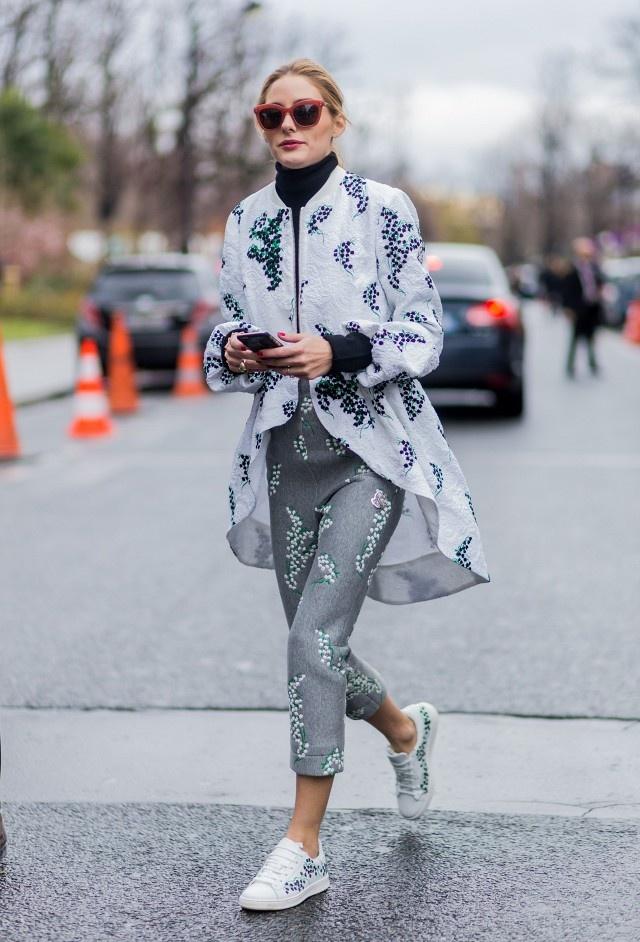 Olivia Palermo phai long sneaker hoa tiet ca tinh hinh anh 5