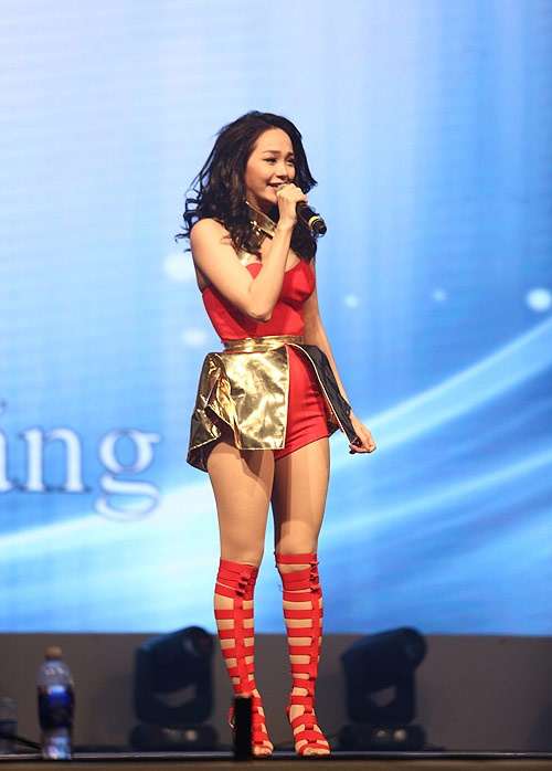 Nhung lan Minh Hang lot top mac xau hinh anh 3