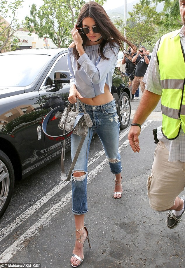 Kendall Jenner goi y cach dien crop top tre vai hinh anh 3
