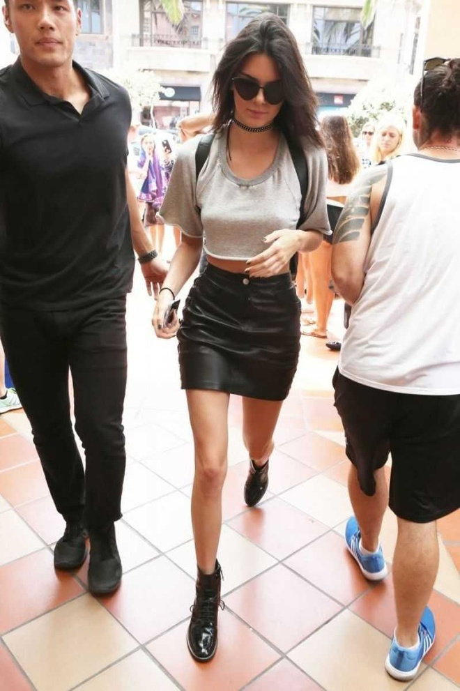 Street style khoe eo thon cua Kendall Jenner trong thang 7 hinh anh 3