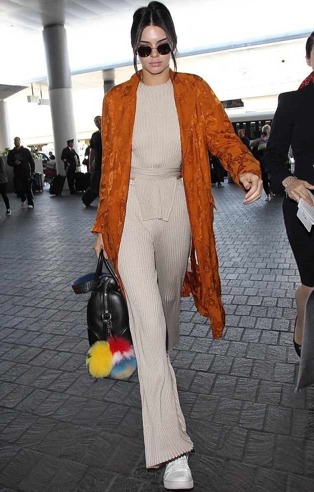 Thoi trang dao pho voi jumpsuit cua Kendall Jenner hinh anh 14
