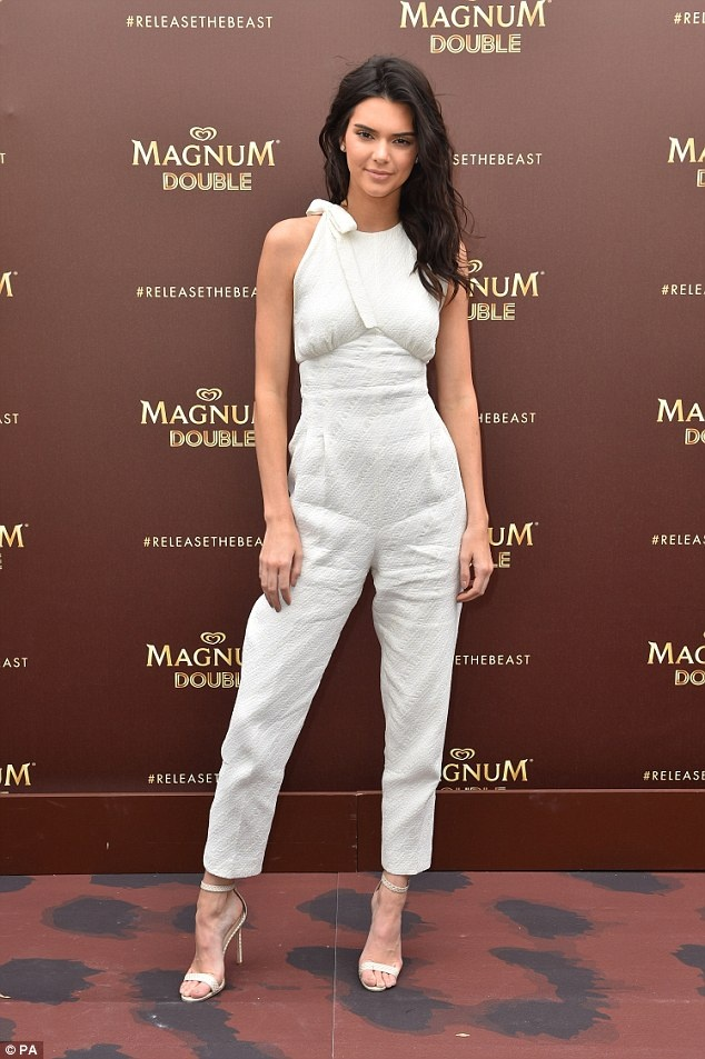 Thoi trang dao pho voi jumpsuit cua Kendall Jenner hinh anh 2