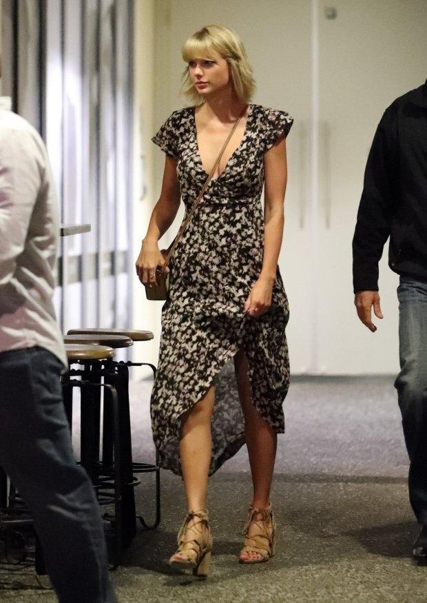 Taylor Swift lien tiep mat diem vi trang phuc hinh anh 2