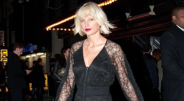 Taylor Swift lien tiep mat diem vi trang phuc hinh anh