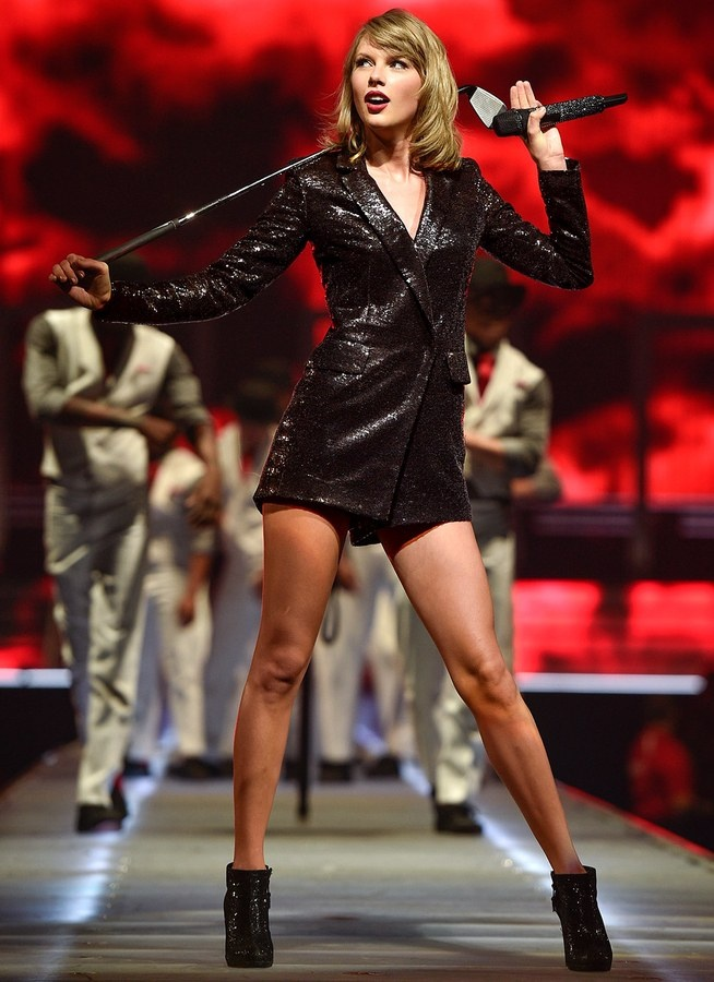 Taylor Swift lien tiep mat diem vi trang phuc hinh anh 6