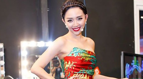 Toc Tien xinh tuoi voi trang phuc hoa tiet hoa hinh anh