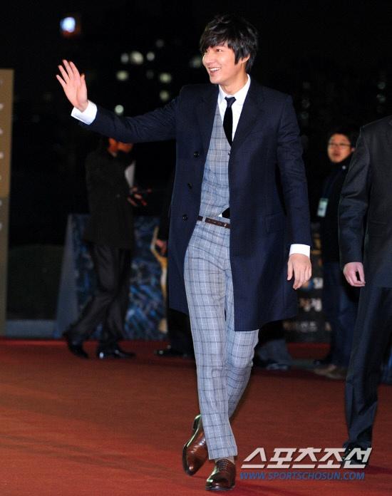 Trang phuc khong the thieu trong tu do cua Lee Min Ho hinh anh 9