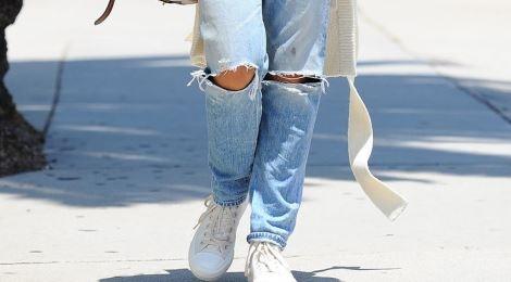 Sao ngoai lang xe quan jeans rach dau xuan hinh anh