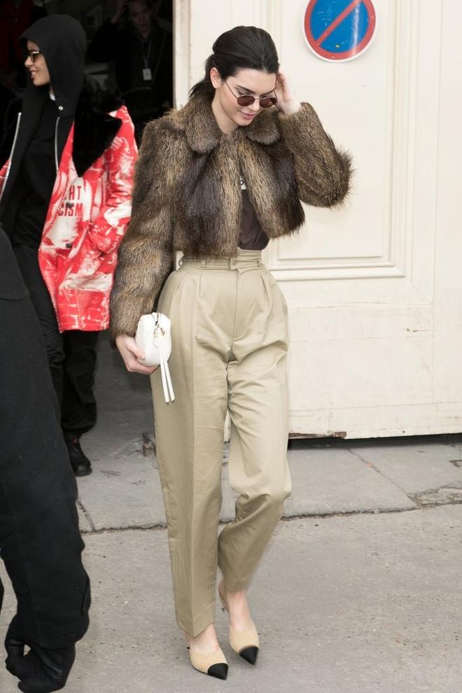 Kendall Jenner, Gigi Hadid lang xe kieu quan ong rong hinh anh 5