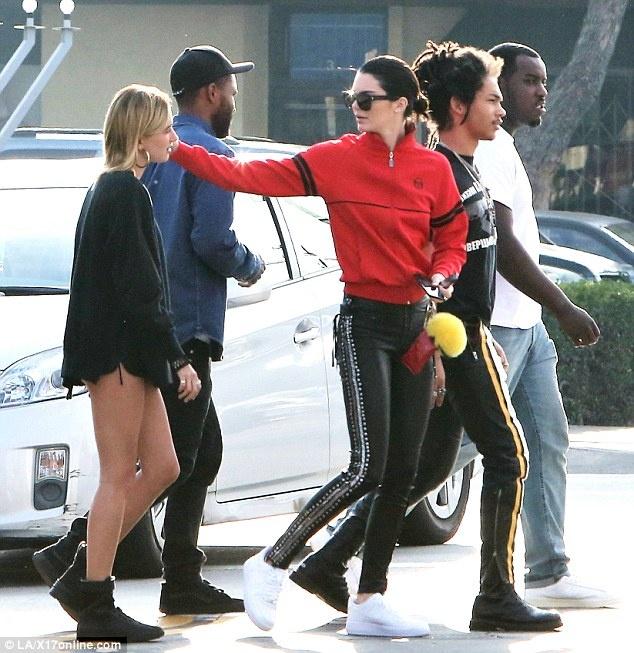 Kendall Jenner mix do voi doi giay 5 trieu dong nhu the nao? hinh anh 9
