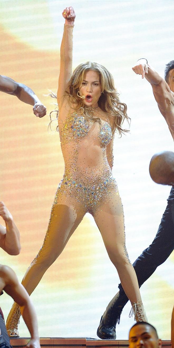 15 bo canh mac nhu khong mac cua Jennifer Lopez tren tham do hinh anh 12